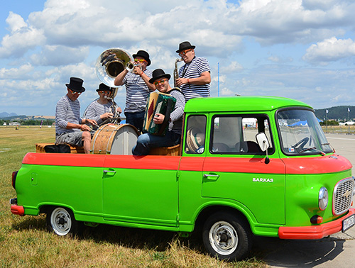 CONCERT ON WHEELS - mobile concert on special old-timer.